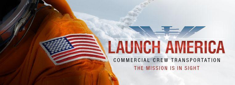 Ruimtevaart als bron van nationale trots. Het logo van de missie – naast de prominente Amerikaanse vlag op  de mouw van deze astronaut – laat weinig twijfel dat de lancering van de Crew Dragon vooral ook een Amerikaans feestje is. Beeld NASA