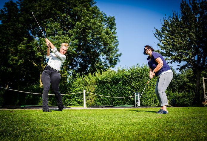 Wendy (links) en Hanneke leven zich uit tijdens de golfclinic van Mingle the Single op De Strijensche Golfclub.