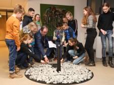 Oplichtende stenen als symbool voor de ruim honderdduizend Holocaust-slachtoffers