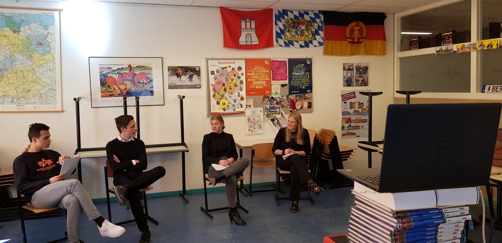 Vincent, Wouter, Lotte en Febe van het Reynaertcollege staan in de finale van een debatteerwedstrijd Duits.