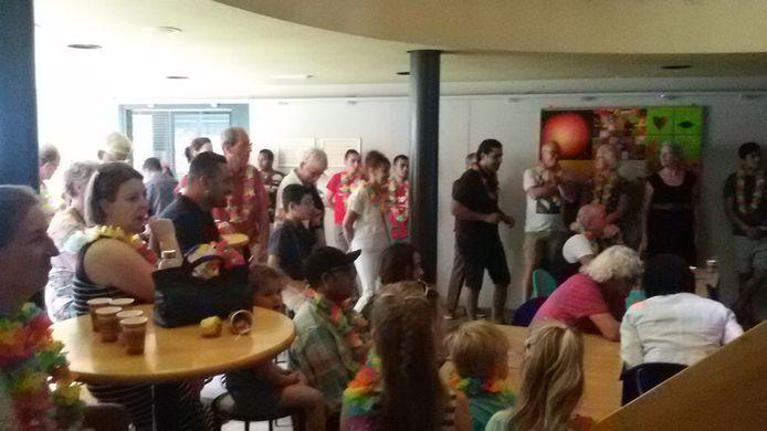 Nieuwkomers in Sint-Michielsgestel aan het begin van een hartelijke ontvangst bij 'Rondom de Pomp'