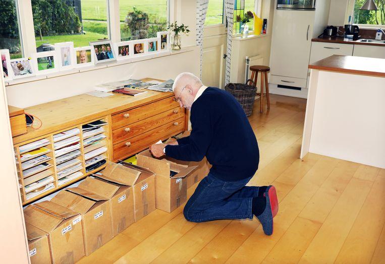 John Havinga met zijn collectie Volkskrant Magazines: 'Ik heb het hele spul even van zolder gehaald.' Beeld Jan Dirk van der Burg
