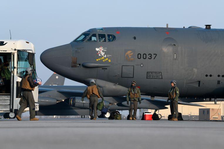 De bemanning van een B-52-bommenwerper maakt het toestel klaar voor vertrek naar het Midden-Oosten. Beeld AP