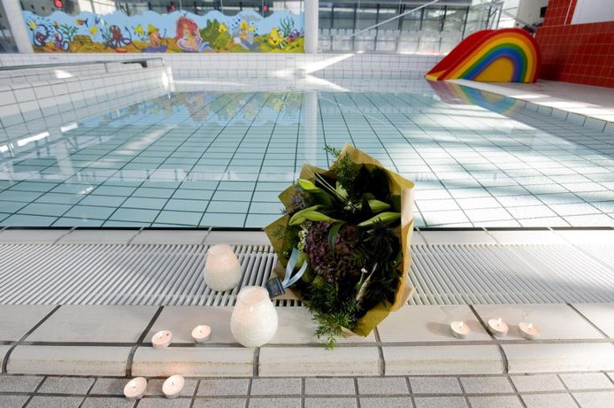 Bloemen en kaarsjes langs het zwembad van de Reeshof.