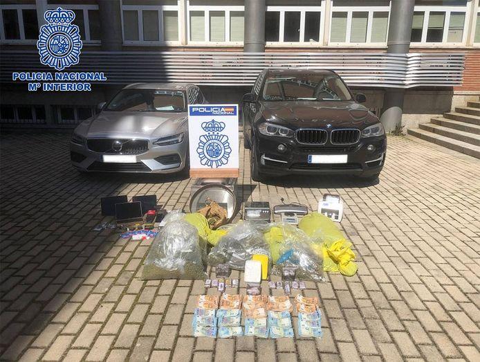 Een deel van de in beslag genomen drugs en spullen van de drie gearresteerde koeriers.