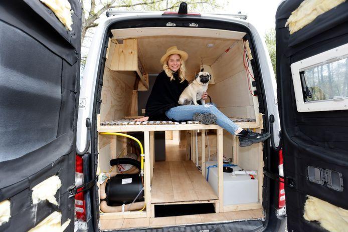Amber de Bruin heeft haar eigen camper gebouwd.