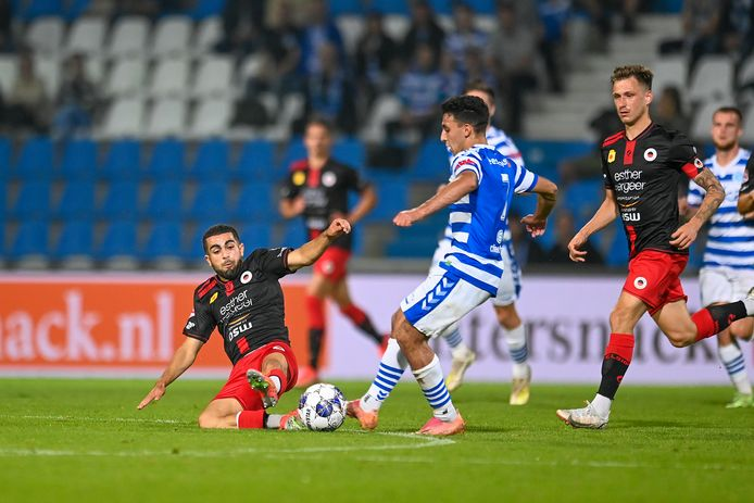 Marouan Azarkan zit De Graafschap-speler Hicham Acheffay dwars.