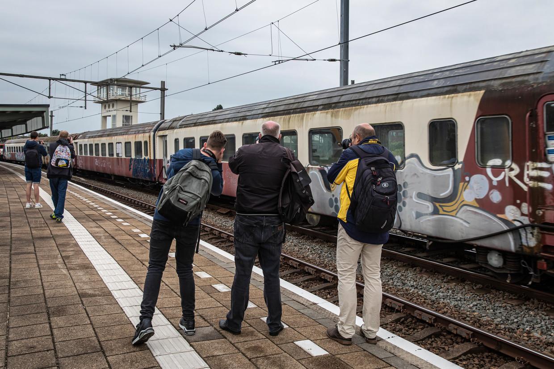 → De Trans Europ Expres op het Muiderpoortstation. Na tien jaar stilstand is de glans er wel een beetje vanaf. Beeld Dingena Mol