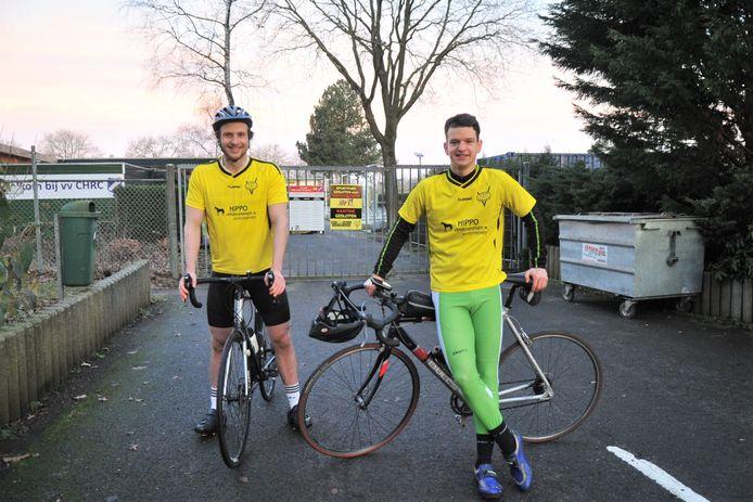 Lieven de Zwart (links) en Lennart Fuchs staan klaar om aan hun 230 kilometer lange tocht langs alle competitietegenstanders te beginnen.