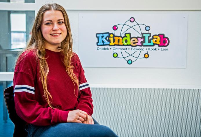 Vrijwilligster Madelief van den Heuvel (18) bij Kidslab in Capelle aan den IJssel.