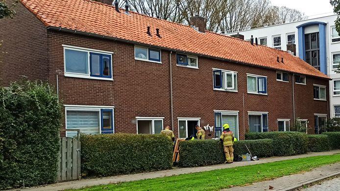 De brandweer ventileert vier woningen aan de Ereprijslaan in Arnhem na een gaslek waarbij gas in de kruipruimte onder de woningen liep.