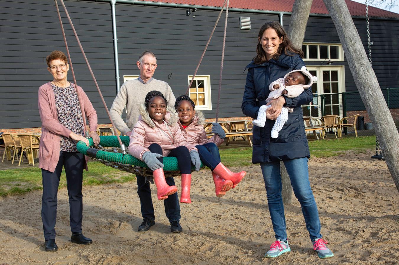 In december was Nicole van Elteren even in Nederland. Onder meer om Teleza in het ziekenhuis in Leiden te laten onderzoeken. Op de foto is ze met  haar ouders en twee oudste dochters Maria en Diana in Rucphen. Nicole houdt de kleine Teleza, die destijds op een toeristenvisum reisde, in haar armen.