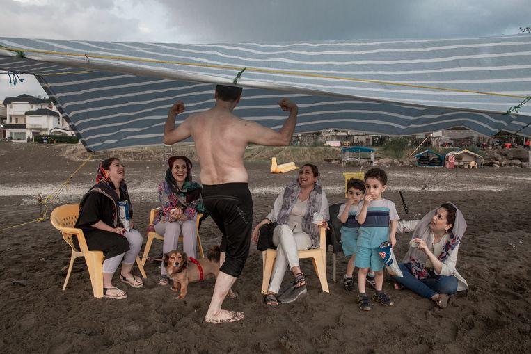 Een familie aan het strand in Darya Kenar, een luxebadplaats in het noorden.  Beeld Forough Alaei