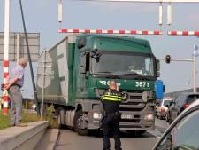 Verkeer Altenaweg in Waalwijk tijdelijk stil door inschattingsfout vrachtwagenchauffeur