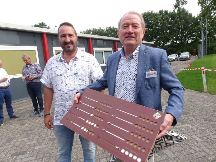 Voorzitter Van Leeuwen (rechts) van 't Ivoor kreeg van Karel Swarts van het KNBB-district 's-Hertogenbosch e.o. een  cadeau voor 'de jarige' club.