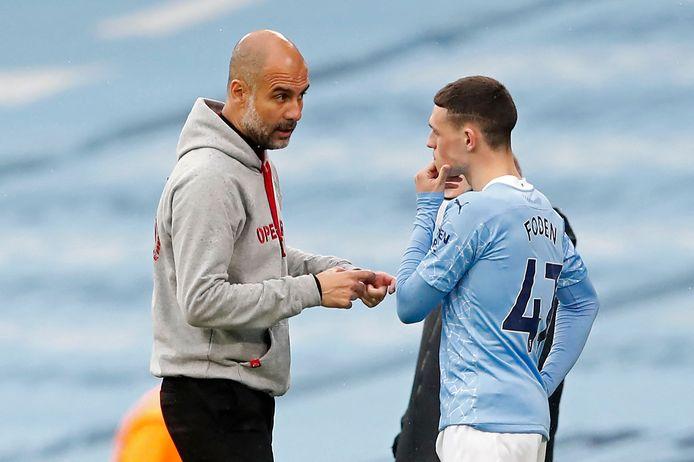 Pep Guardiola in gesprek met Phil Foden, de twintigjarige smaakmaker van zijn team dit seizoen.