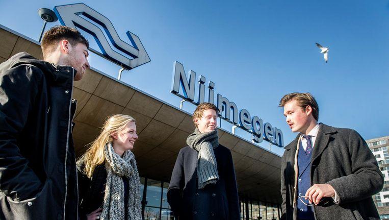 Stijn Hamers, Danique van den Tillaar, Evert-Jan de Koning en Ralph Becking (vlnr) voor station Nijmegen, op weg naar DWDD in Amsterdam. Beeld Koen Verheijden