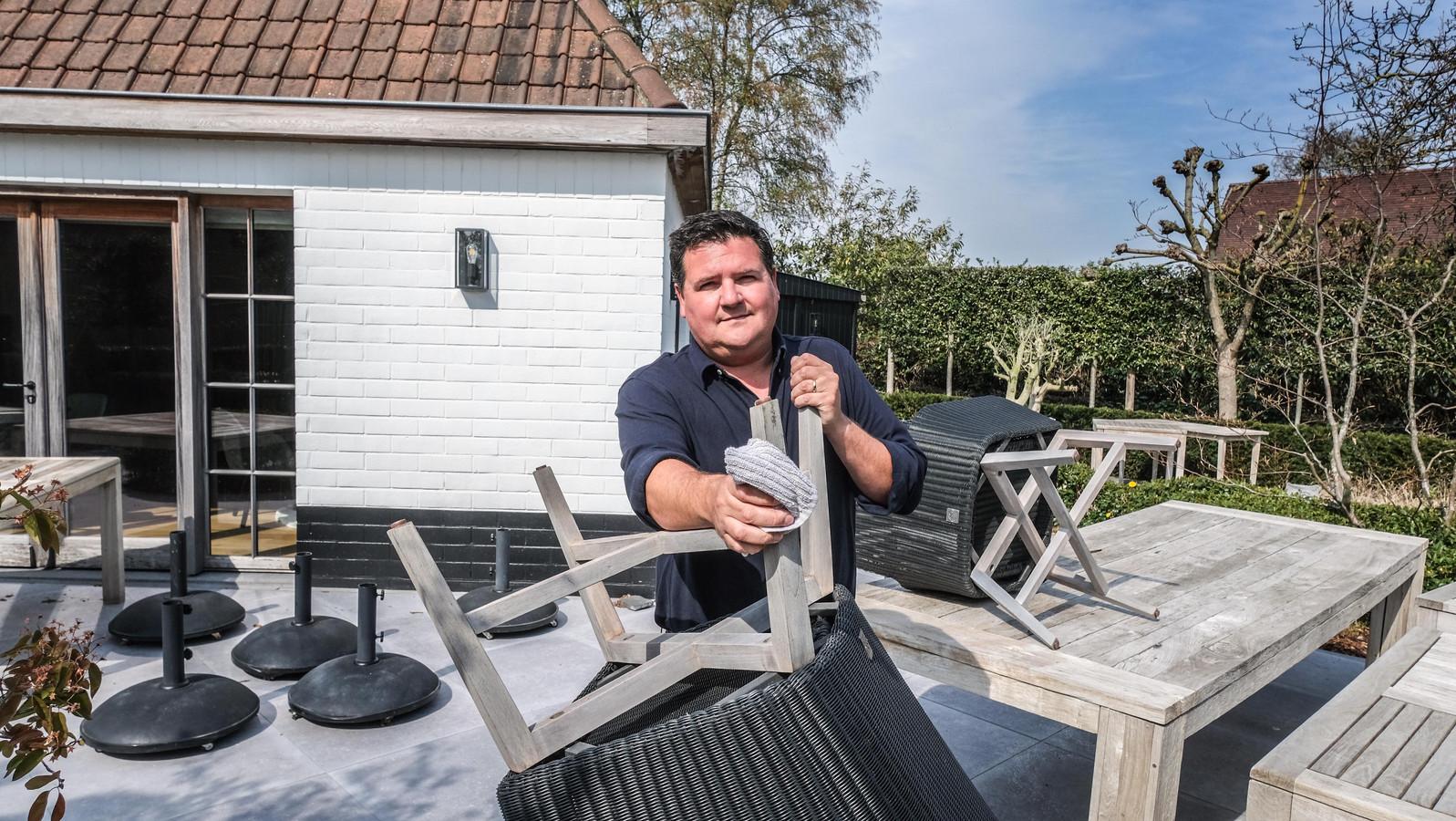 Chef-kok Gilles Joye, aan de slag op het terras van sterrenzaak Marcus