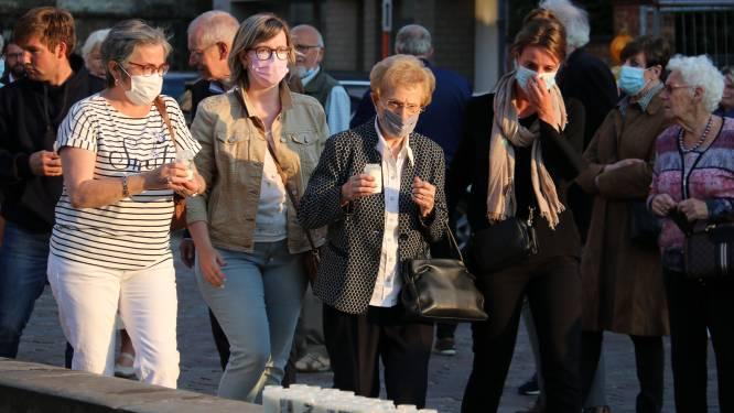 150-tal inwoners uit Moorsel herdenkt Ilse Uyttersprot met kaarsen en minuut stilte