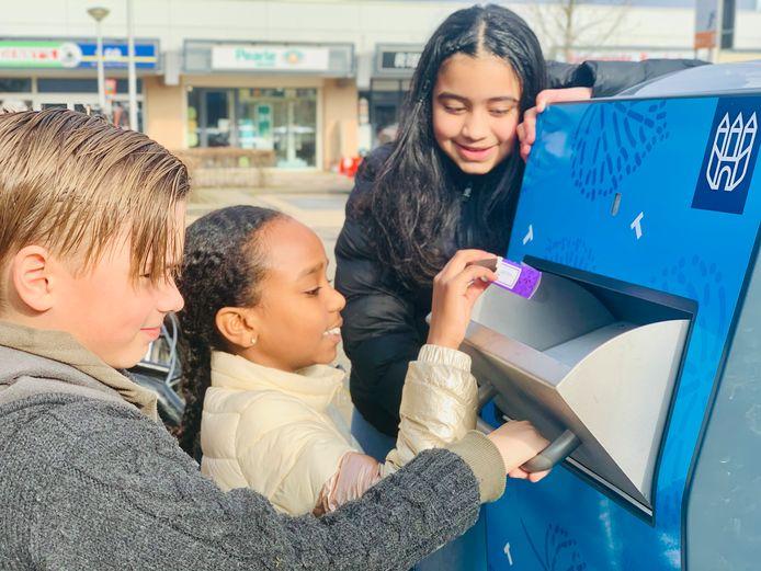 Leerlingen van OBS De Fonkel proberen de pratende afvalbak uit.