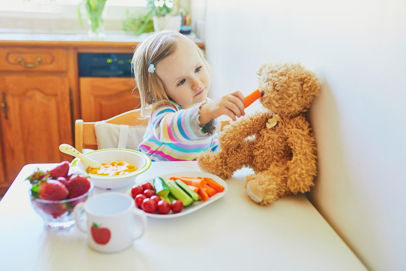 Eet samen en snij tomaatjes doormidden.