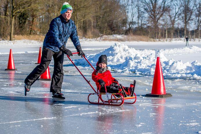 Vader en zoon op het ijs in Neede, kan het mooier?