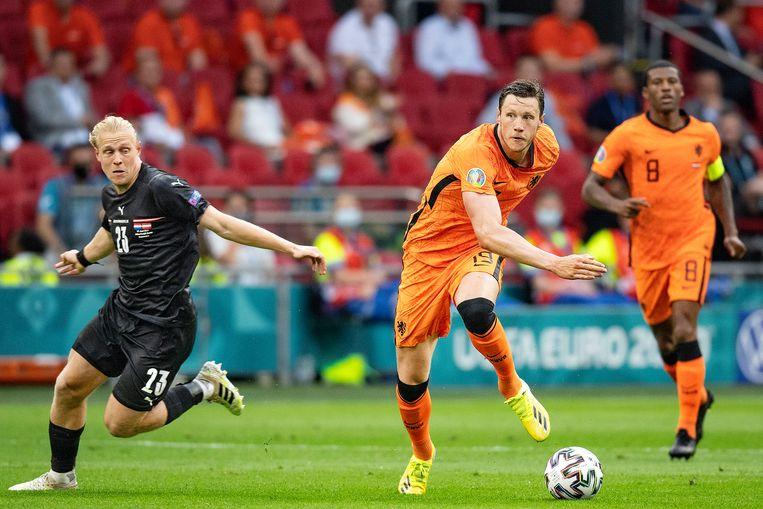 Wout Weghorst aan de bal voor Nederland, donderdag op het EK tegen Oostenrijk. Beeld Guus Dubbelman / de Volkskrant