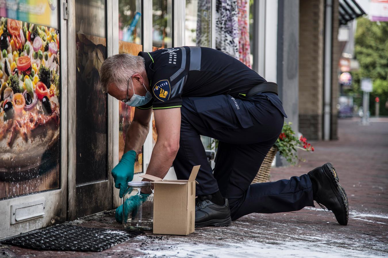 Onderzoek na de aanslag met een brandbom bij pizzeria en cafetaria Eethuis Wijchen.