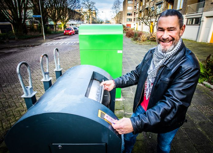 Ridderkerker Dick Havenaar liet vorig jaar nog zien hoe de ondergrondse containers met tal van passen geopend konden worden. Volgens BAR-Afvalbeheer is dat nu niet meer mogelijk.