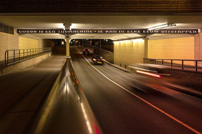 Het viaduct in de Noothoven van Goorstraat (over de spoortunnel) is tijdelijk afgesloten voor autoverkeer. Op de foto is de spoortunnel te zien.