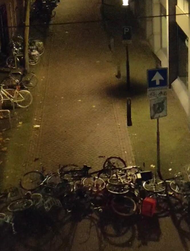 Opgestapelde fietsen ter hoogte van de kruising Kapelstraat met Hoogstraat in de  nacht van vrijdag op zaterdag  in Wageningen zodat de politie er niet langs kan.