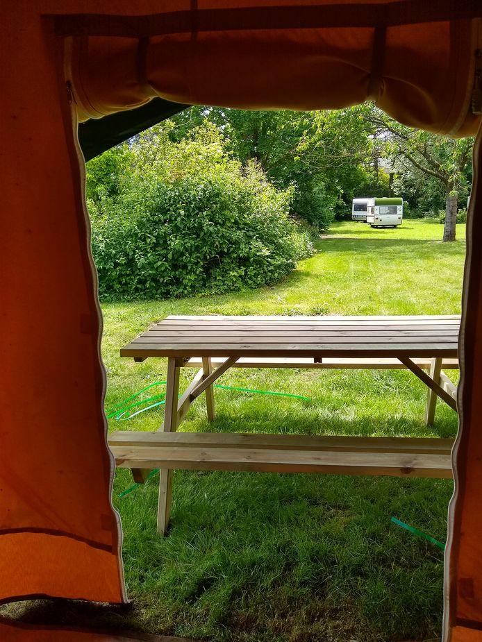 Er is ook een caravan en picknicktafel.