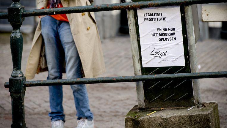 Een poster van Loesje op de Wallen voor het begin van de campagne Free a Girl. Beeld ANP
