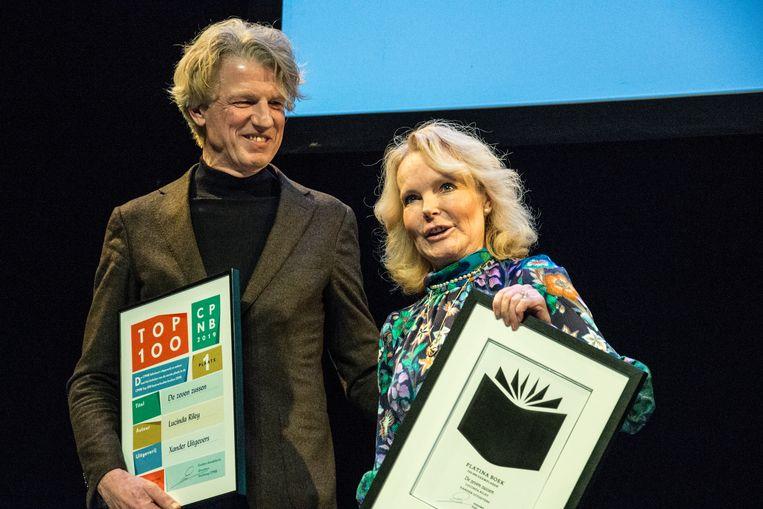Uitgever Sander Knol en auteur Lucinda Riley in 2019, toen ze óók de top100 aanvoerden. Beeld Hollandse Hoogte / Ingrid de Groot