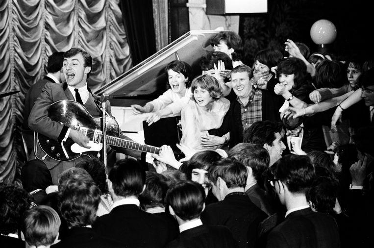 Gerry Marsden tijdens de repetities voor een optreden van Gerry & The Pacemakers in de musicalfilm  Ferry Cross The Mersey in 1965. Beeld Getty Images