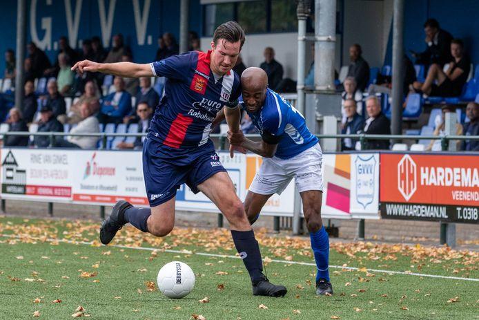 Joshua Patrick van GVVV probeert Daan Smith van Excelsior Maassluis van de bal te krijgen.