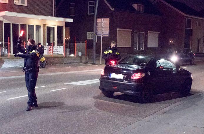 Begin van de Pannenstraat staat politie en controleert elke auto die het centrum van Groesbeek in wil. In Groesbeek geld vanavond een noodverordening.