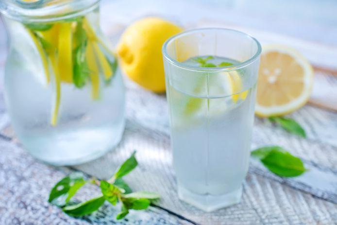 Smaakjes toevoegen aan je water helpt om voldoende te drinken.
