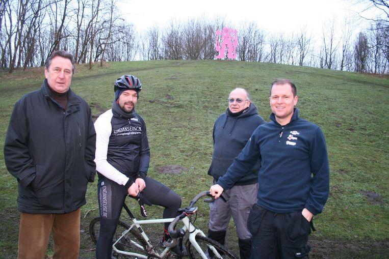 Schepen Jerome Van Doorslaer (Open Vld), Bart Nonneman, medewerker Gust en Bram De Brauwer aan de Mont Henri die een hoofdrol krijgt in de Rapencross.
