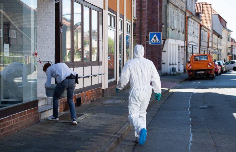 Een forensisch expert onderzoekt het huis in Wittingen waar de lichamen van twee vrouwen werden gevonden. Over de doodsoorzaak werden nog geen meldingen gedaan.  Beeld AFP