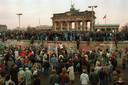 Een mensenmassa bij de Berlijnse Muur een dag na de val, 10 november 1989.