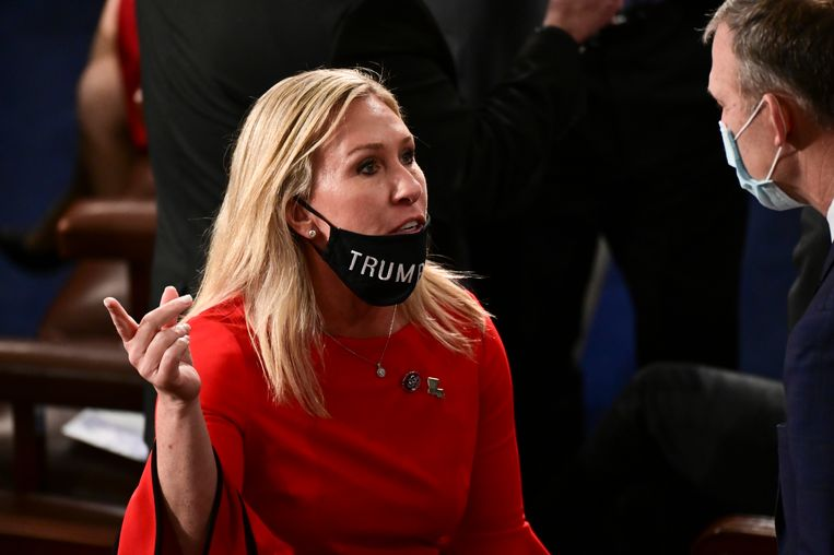Het Republikeinse Congreslid Marjorie Taylor Greene vindt het onzin dat in het parlementsgebouw in Washington het dragen van een mondkapje verplicht is.  Beeld Getty