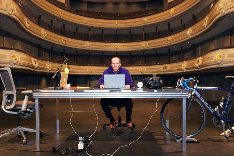 Micha Wertheim voor zijn onlinevoorstelling in De Koninklijke Schouwburg in Den Haag.  Beeld Daniel Cohen
