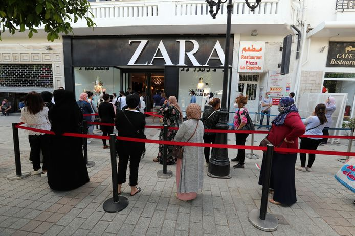 Zara-klanten in de rij.