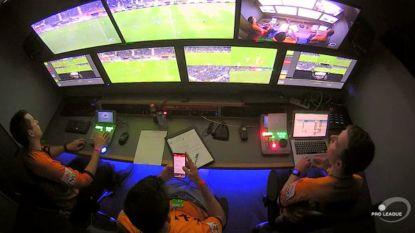 Gezien? Videoref scrolt even op de HLN-app tijdens rust van Gent-STVV