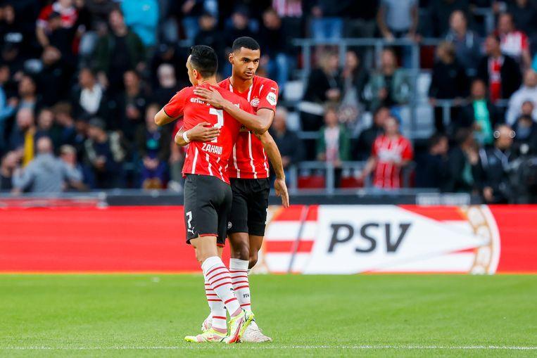 Cody Gakpo (r) en Eran Zahavi vieren een PSV-doelpunt. Beeld Pro Shots / Thomas Bakker