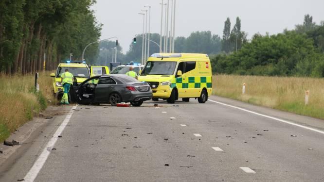 Bestuurder zwaargewond nadat voertuigen elkaar aan hoge snelheid in flank aanrijden