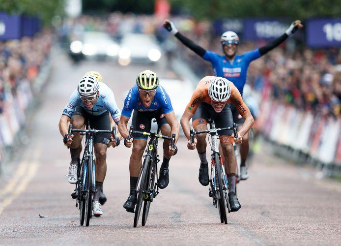 Matteo Trentin (C) pakt het goud bij het EK wielrennen in 2018. Mathieu van der Poel werd in Glasgow tweede.