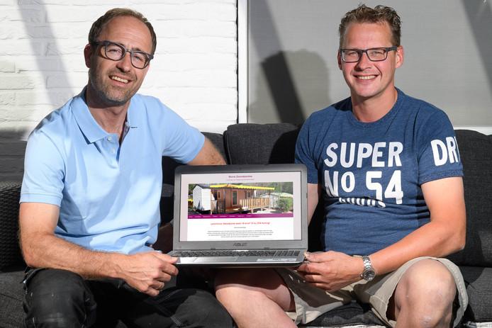 Gerald Baan (links)  en Jan Harbers hebben bij toeval 15 stacaravans gekocht op een camping aan de Cote d'Azur en gaan ze verhuren.