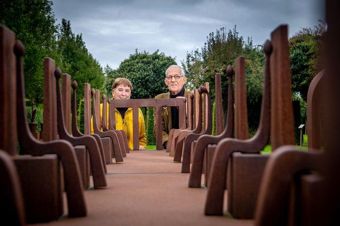 Adelheid en Huub Kortekaas bij de maquette van het kunstwerk Anima Mundi. Áls het kunstwerk er komt, dan wordt het metersgroot: 100 meter lang, 24 meter breed en 7 meter hoog.